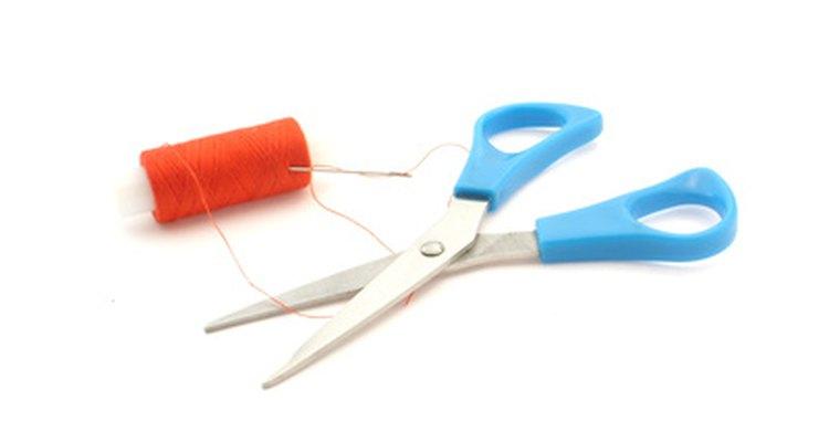 Tenha à mão tesoura, agulha e algodão para fazer suas fantasias