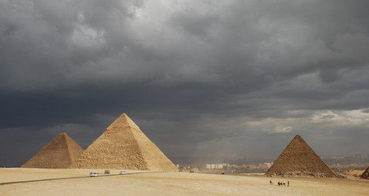 Las pirámides egipcias proveen una conexión visible entre la tierra y los dioses inmortales en el cielo.