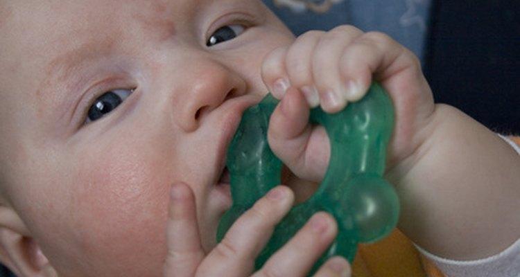 A los bebés les encanta poner los juguetes en su boca a los 6 meses de edad.