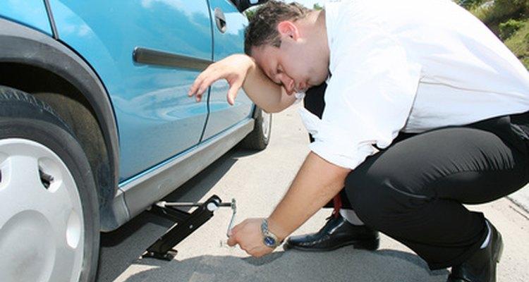 Os custos do conserto de um pneu furado dependem do método utilizado pelo profissional e do tipo de estragos