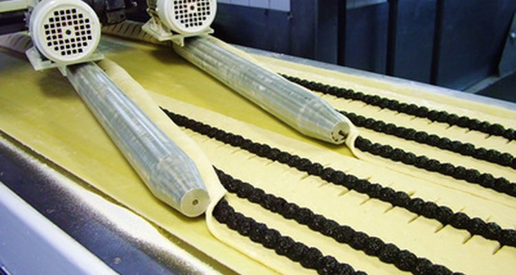 Una cinta se usa para mover un producto a lo largo ya que se extruye desde las boquillas de salida.