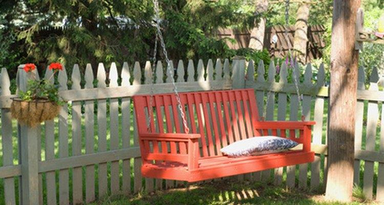 Pon un cercado que mantenga seguro a tu perro y a tu jardín al mismo tiempo.