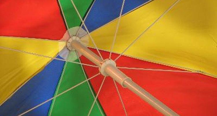 Algunos paraguas se diseñan coloridos para los niños y las personas más atrevidas.