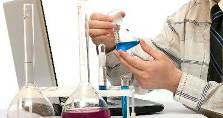 Encuentra el volumen de reactivo en una solución mediante la titulación de punto final.