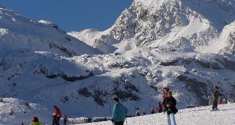 Los instructores de ski pasan su día de trabajo esquiando con clientes en una montaña.