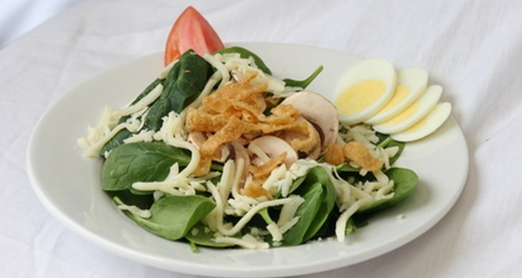 Salada de espinafre cru contém o composto betaína natural