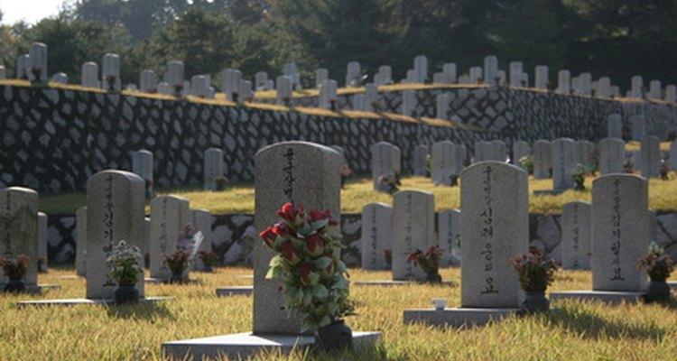 Probablemente estas lápidas miren al este.