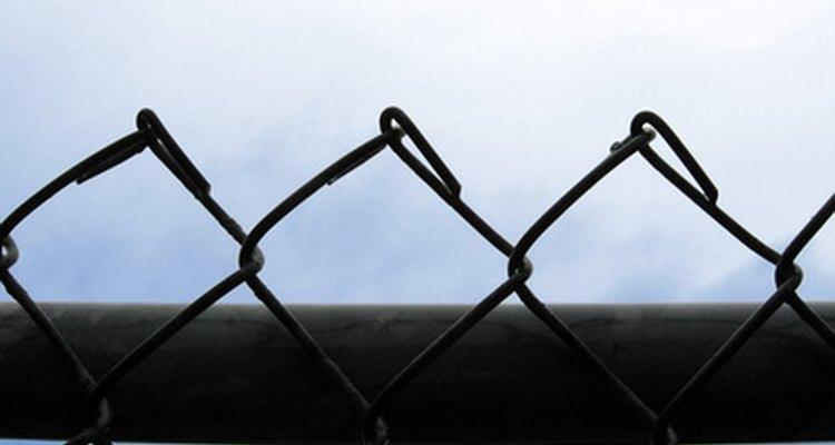 Alambrados de metal precisam de pintura para protegê-los da ferrugem