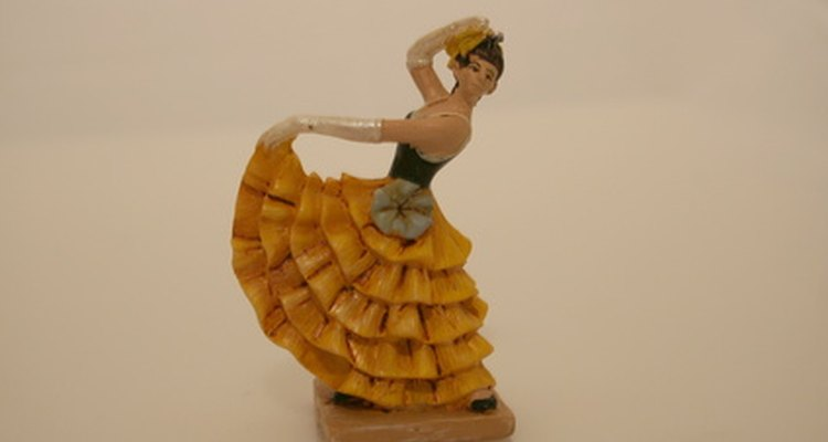 Una bailarina de flamenco usa una bata de cola o falda con vuelos.