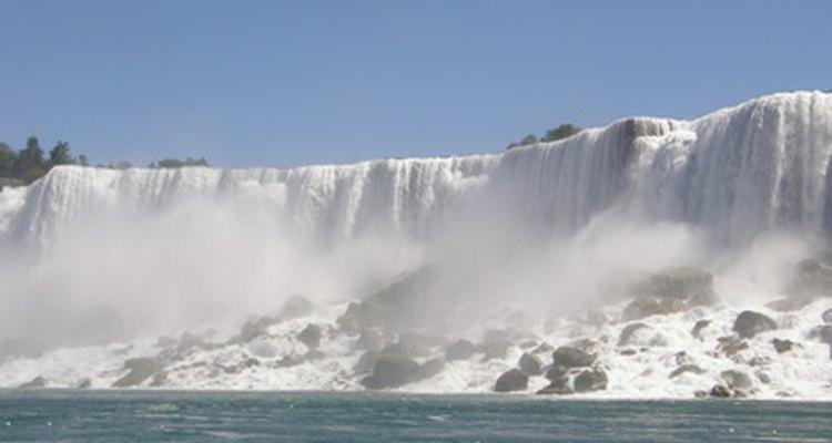 Niagara Falls con nieve es un paisaje majestuoso.