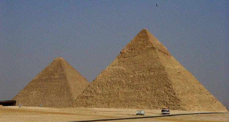 Las pirámides de Egipto son un ejemplo de la arquitectura piramidal antigua.