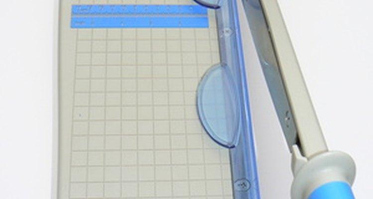 Um cortador de papel estilo guilhotina apara o papel rapidamente quando bem afiado