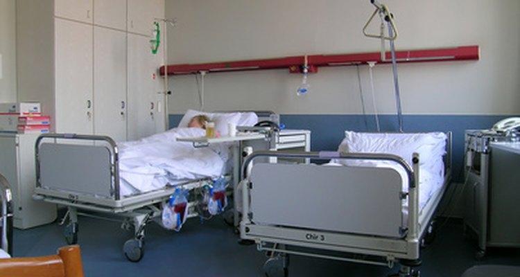 Uma cama de hospital bem arrumada ajuda os pacientes a descansar confortavelmente