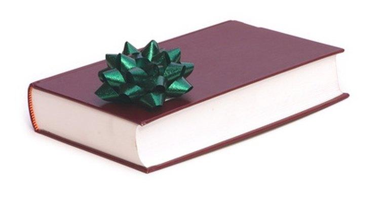 No passado, era comum para as figuras literárias escrever dedicatórias em seus livros e presenteá-los