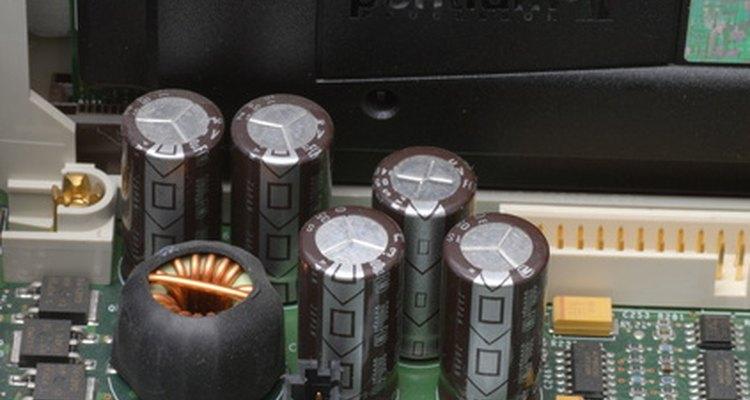 Capacitores electrolíticos en un circuito de tablero.