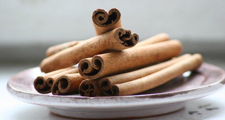 La canela es un buen complemento para las almendras tostadas.