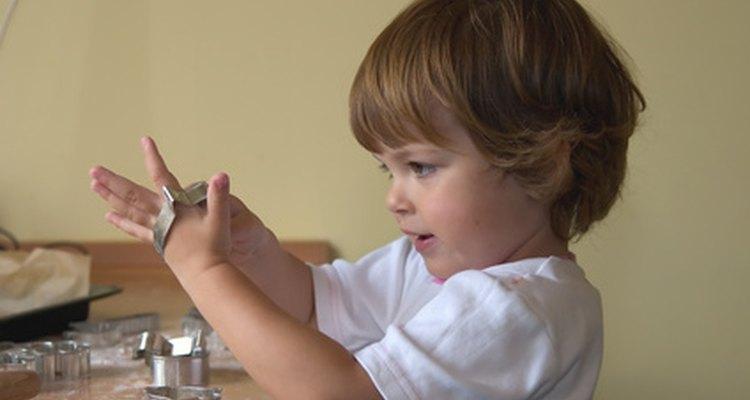 Invita a tu preescolar a la cocina para enseñarle habilidades básicas para cocinar.