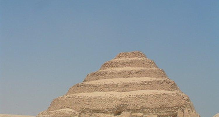 El primer tipo de pirámide construida por los egipcios fue el diseño de escalas.