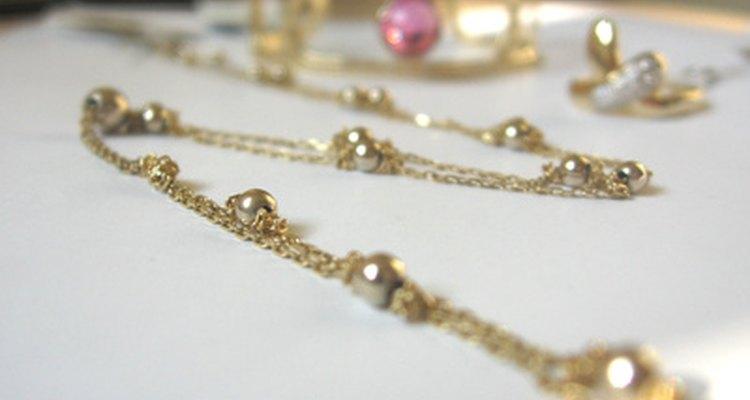 Transforme bijuterias antigas tingindo-as