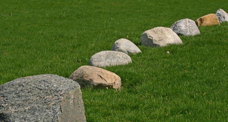 Linha de pedras que mostram cores naturais
