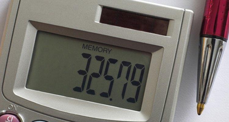 Ao dividir por 100, converte-se o valor de centímetros para metros