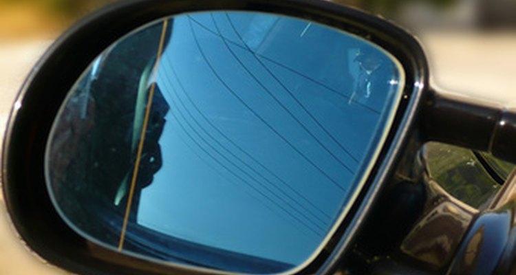 Para remover um reflexo em um espelho, substitua os pixels pelos pixels vizinhos