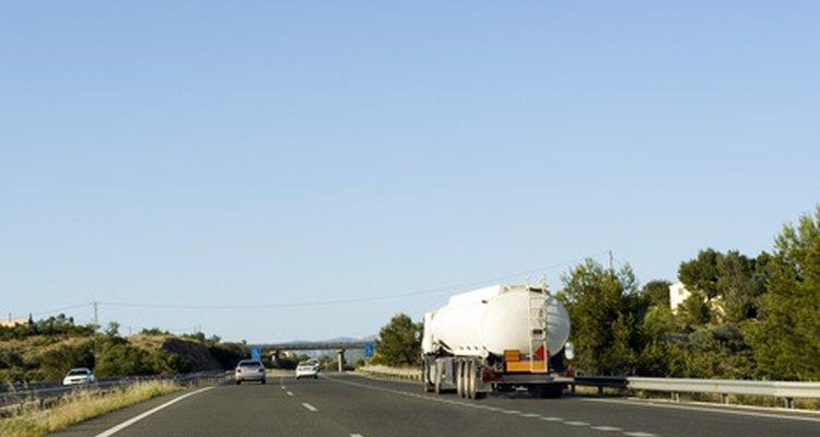 Los ingenieros civiles planean y mantienen sistemas de carreteras.