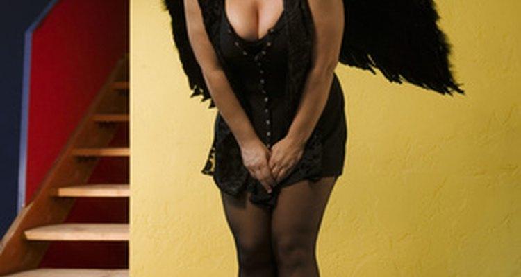 Una vestimenta de ángel negro es una idea fácil para crear en Noche de Brujas.