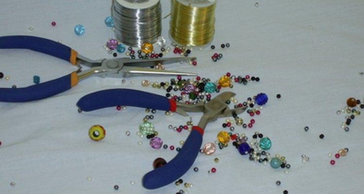 El alambre con cuentas es una decoración versátil que puedes comprar en grandes cantidades en tu tienda de artesanía local.
