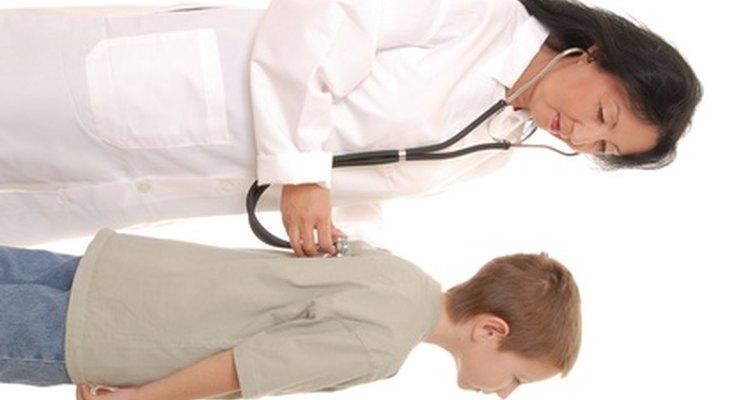 Los enfermeros de oncología pediátrica proporcionan el tratamiento para niños con cáncer.