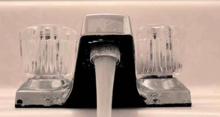 Deja abierto durante varios minutos un grifo de agua ubicado en un punto alto para liberar el aire de las tuberías.
