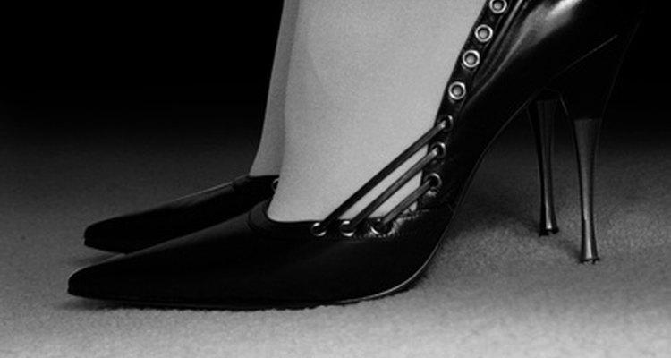 Usar zapatos de taco con calcetines es la última tendencia.