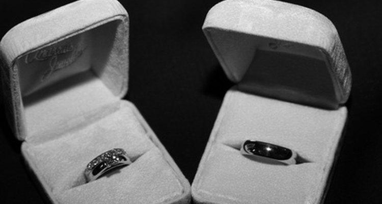 Anéis pretos simbolizam compromisso com outra pessoa, ideia ou crença