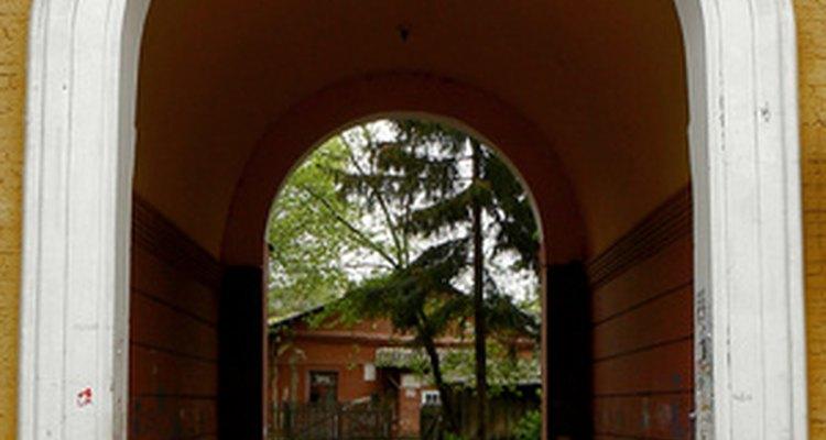 La moldura debe ser doblada para que encaje en la arcada de entrada.
