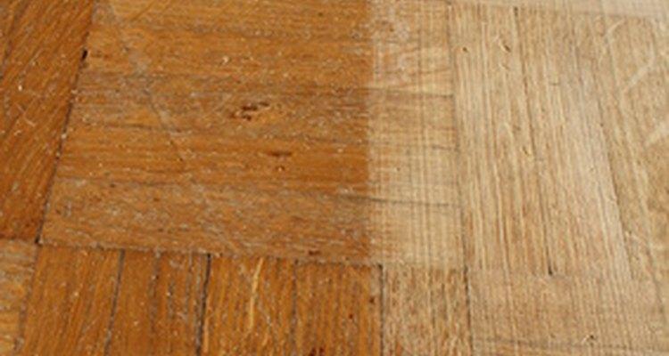 Las manchas de orina de gato pueden pudrir el piso de parqué si lo dejas sin tratar.