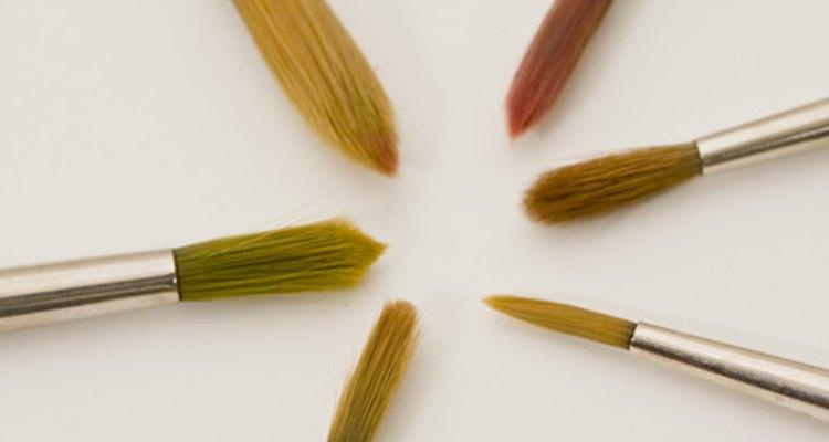 Usa diluyente de pintura para limpiar el pincel.