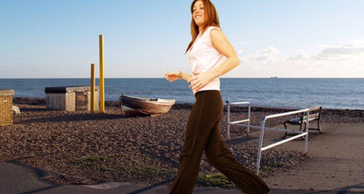 Utiliza un viejo par de pantalones de ejercicios como patrón para hacer tus propios pantalones deportivos.