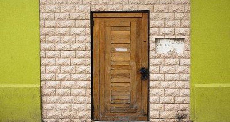 Los códigos de construcción usualmente requieren que puertas cortafuegos adheridas a los garajes.