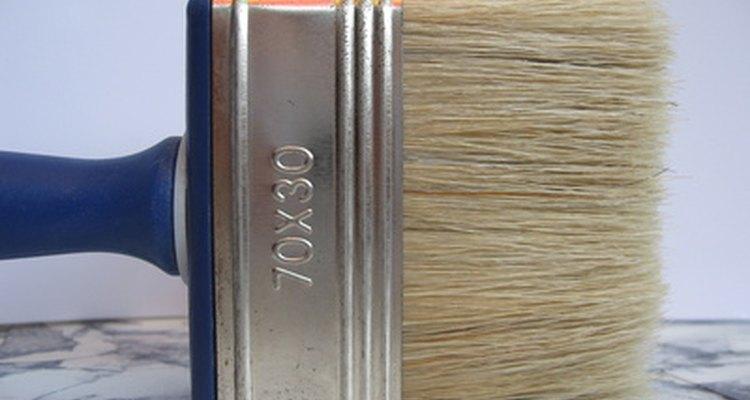 Puedes remover la pintura de látex de tus brochas, incluso si se ha secado.