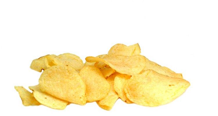 Haz papas fritas en un deshidratador de alimentos en lugar de comprarlas en una tienda.