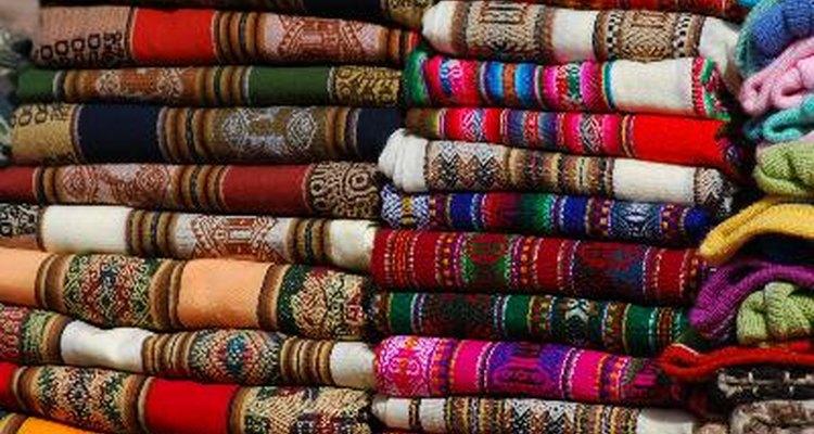 La ropa peruana tiene colores vibrantes.