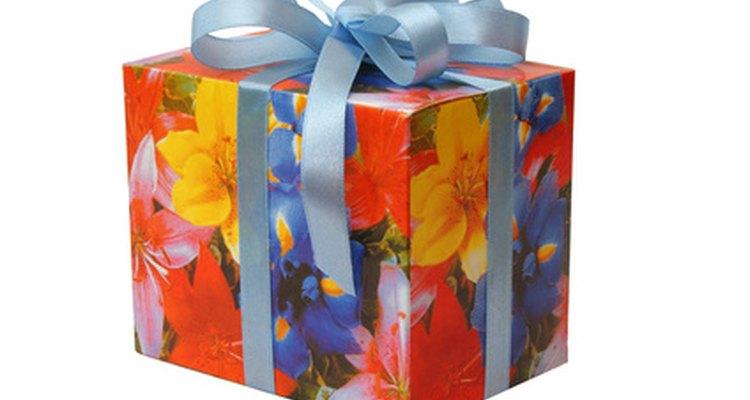 Embrulhe uma bolsa para presente em papel colorido