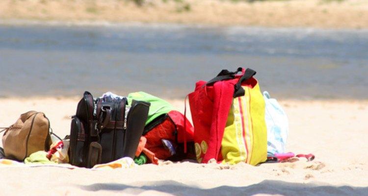 Por su poco peso, las bolsas de plástico suelen volar y alojarse en sitios peligrosos si no se las controla.
