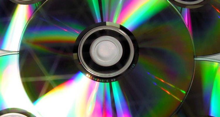 Crea decoraciones hechas en casa con discos compactos.