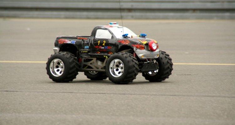 Carros de controle remoto de brinquedo podem ocasionalmente apresentar problemas com seus transmissores