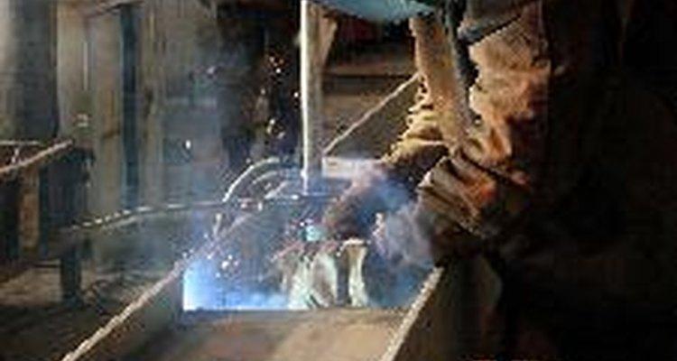 La soldadura se utiliza para unir materiales metálicos.