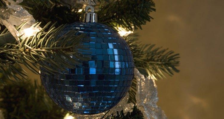 Usa adornos espejados azules para aprovechar al máximo el efecto de las luces.