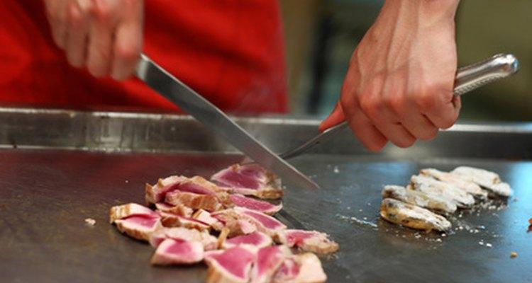 Un asistente de cocina ayuda al chef principal.