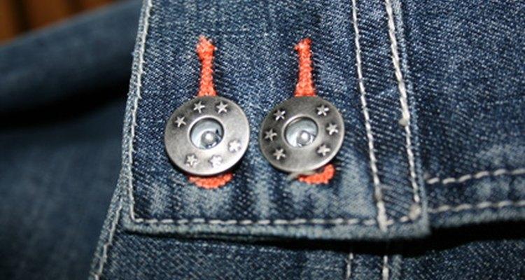 Utilize alguns itens domésticos comuns para remover o botão da cintura (rebite) de uma calça jeans