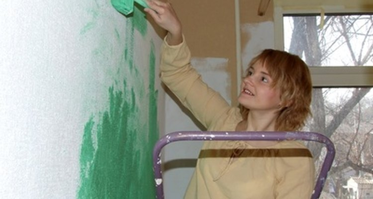 Aplica capas múltiples de pintura a tus paredes para crear un acabado parejo.
